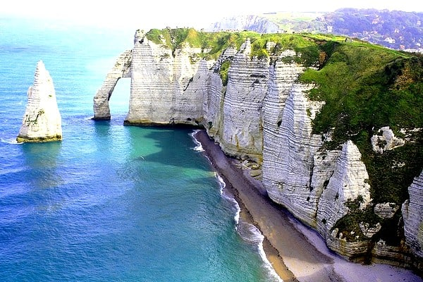 Top 5 des lieux incontournables pour faire un vol en hélicoptère en France - Etretat