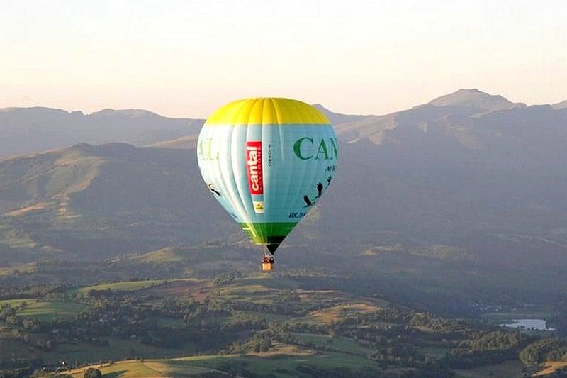 Vol bapteme montgolfiere volcan Auvergne Saint Flour Cantal France